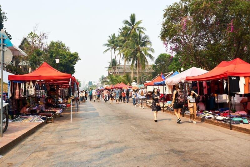 LUANG PRABANG, LAOS - 14 AVRIL 2019 Les Laotiens locaux célébrant l'AMI de pi, au marché Lao New Year, grand festival de l'eau image libre de droits