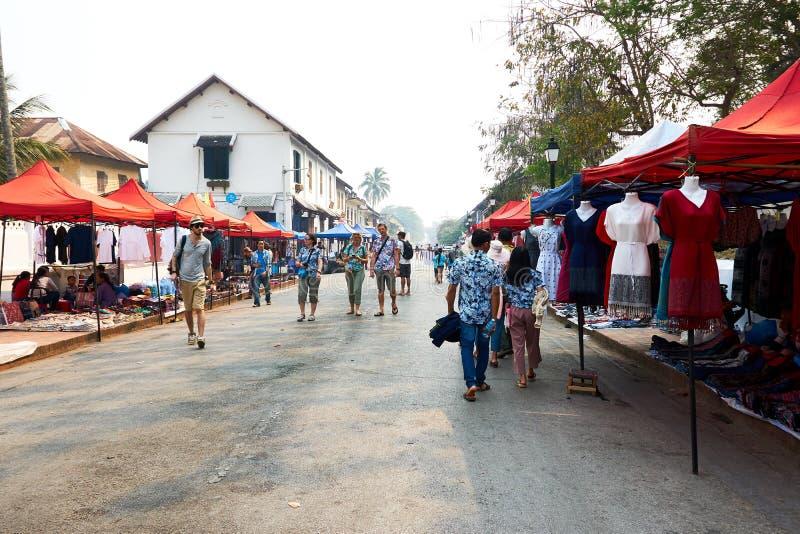 LUANG PRABANG, LAOS - 14 AVRIL 2019 Les Laotiens locaux célébrant l'AMI de pi, au marché Lao New Year, grand festival de l'eau images libres de droits