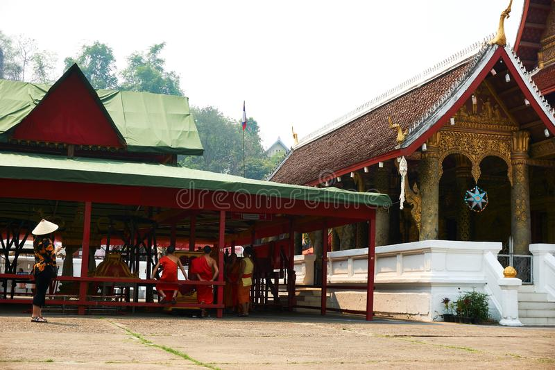 LUANG PRABANG, LAOS - 14 AVRIL 2019 Les MOINES s'asseyent dans le temple à l'AMI de pi Lao New Year, grand festival de l'eau photos libres de droits