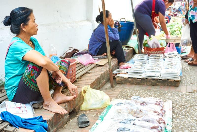 LUANG PRABANG, LAOS - 17 AVRIL 2019 : Nourriture de vente locale au marché de matin dans Luang Prabang, Laos photos stock