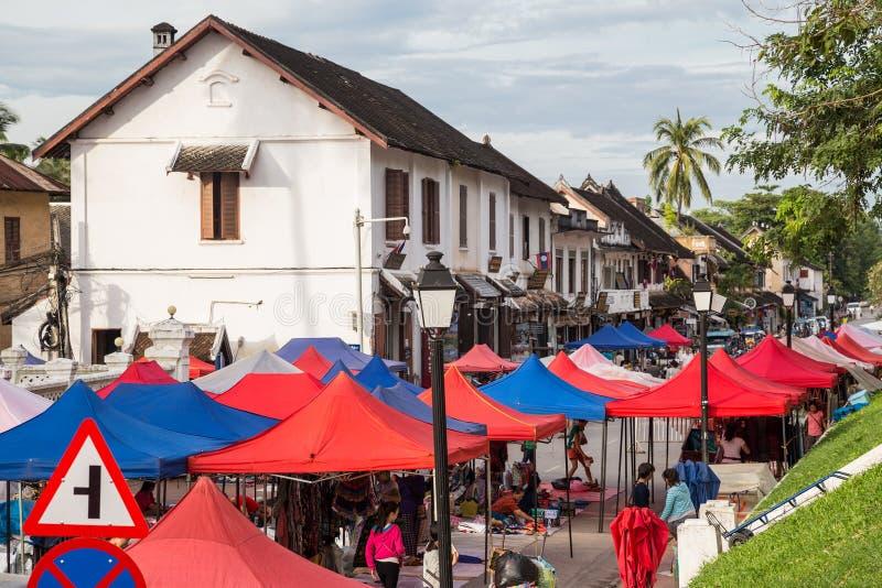 Luang Prabang, Laos - circa agosto 2015: Tende del mercato di strada in Luang Prabang, Laos fotografia stock libera da diritti
