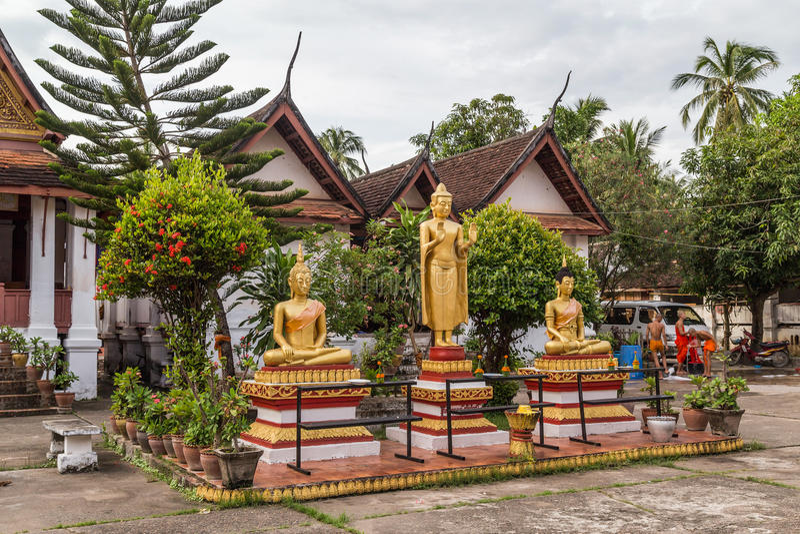 Luang Prabang, Laos - circa Augusti 2015: Buddhastatyer i Wat Mai Monastery i Luang Prabang, Laos arkivfoton