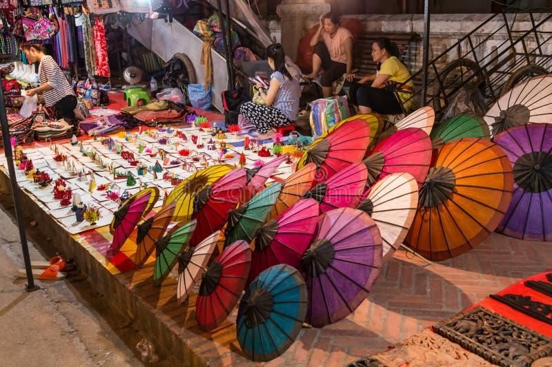 Luang Prabang, Laos - circa Augusti 2015: Souvenir säljs på nattmarknaden i Luang Prabang, Laos arkivbilder