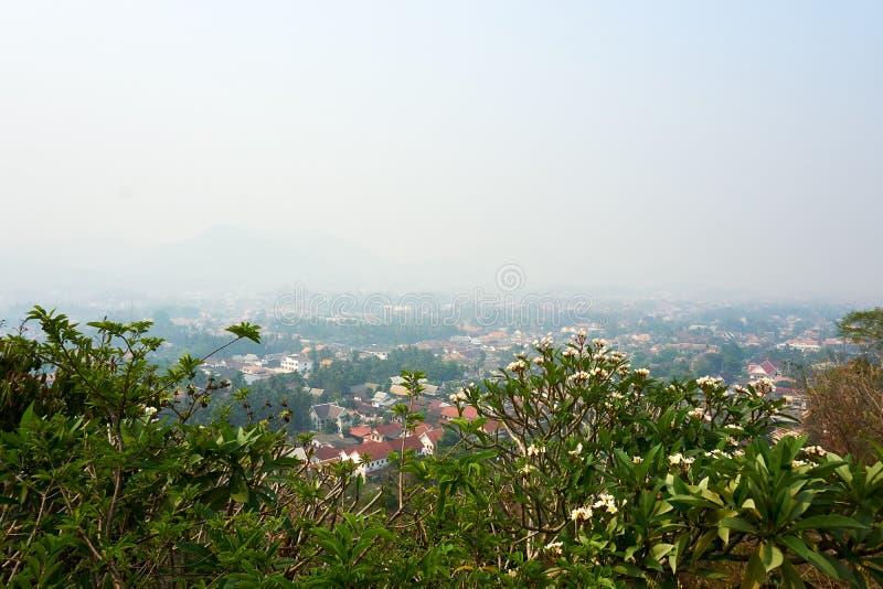 LUANG PRABANG LAOS 14 DE ABRIL 2019: visión desde el soporte Phou Si, Phu Si, alta colina en el centro de la ciudad vieja de Lua imagen de archivo