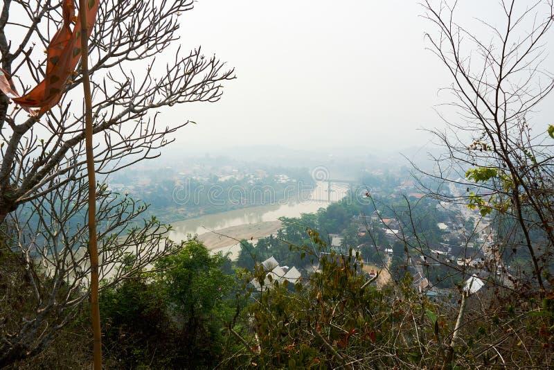 LUANG PRABANG LAOS 14 DE ABRIL 2019: visión desde el soporte Phou Si, Phu Si, alta colina en el centro de la ciudad vieja de Lua fotografía de archivo libre de regalías