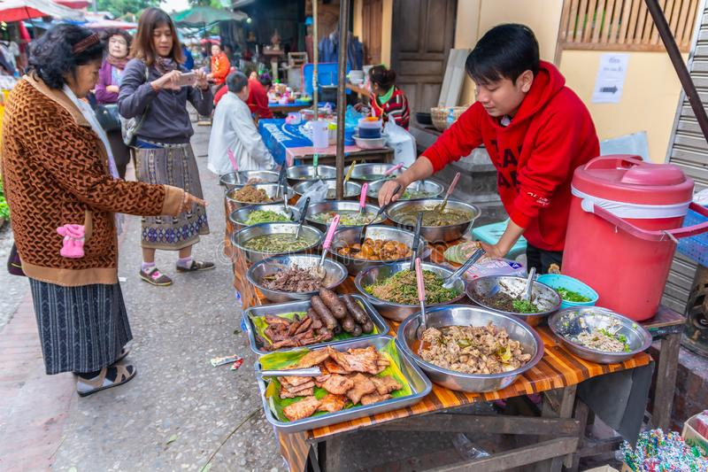 Luang Prabang, Laos - 19 de diciembre de 2015: Comida de la calle de Luang Prabang en el mercado callejero de la mañana en el cen imágenes de archivo libres de regalías