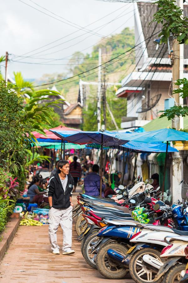 LUANG PRABANG, LAOS - 11 DE ENERO DE 2017: Vista del aparcamiento de la ciudad para las motocicletas vertical foto de archivo