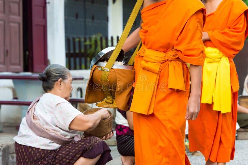Luang Prabang, Laos - 13 de junio de 2015: Limosnas budistas que dan ceremonia imágenes de archivo libres de regalías