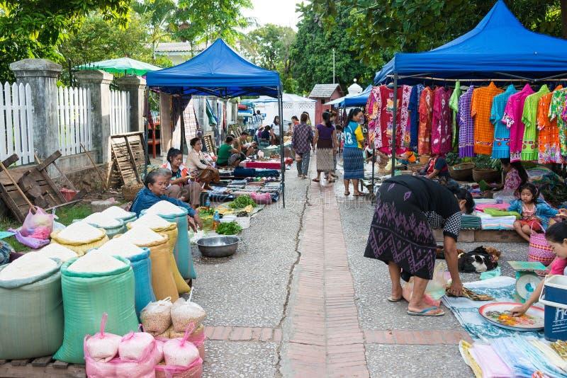 Luang Prabang, Laos - 13 de junio de 2015: Mercado de la mañana de Luang Prabang fotos de archivo libres de regalías