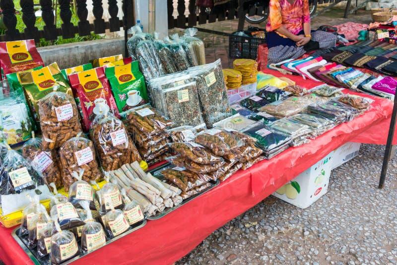 Luang Prabang, Laos - 13 de junio de 2015: Mercado de la mañana de Luang Prabang imágenes de archivo libres de regalías