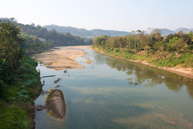 Luang Prabang, Laos - 5 de março de 2015: Nam Khan River em Luang Praba imagem de stock royalty free