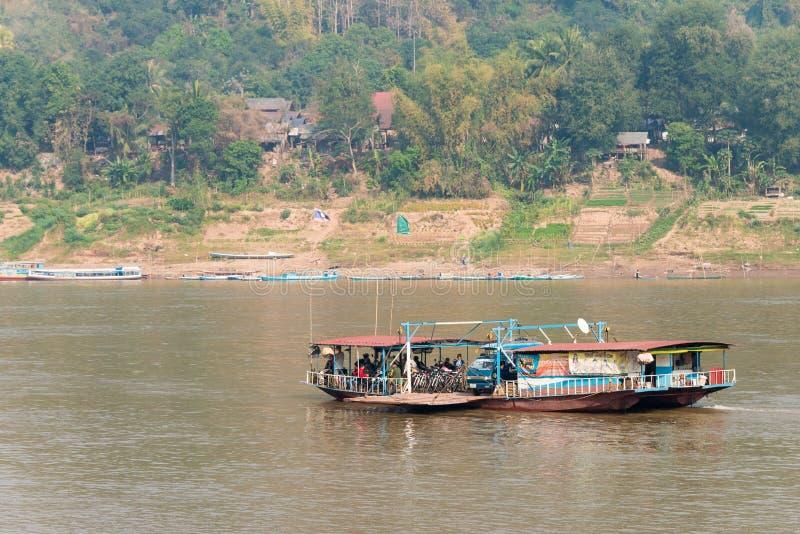 Luang Prabang, Laos - 5 de marzo de 2015: El río Mekong en Luang Prabang fotos de archivo