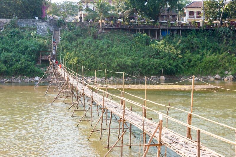 Luang Prabang, Laos - 5 de marzo de 2015: Puente de bambú en Nam Khan Riv fotografía de archivo libre de regalías