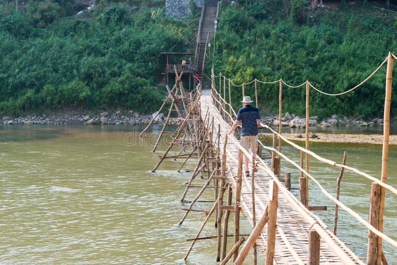 Luang Prabang, Laos - 5 de marzo de 2015: Puente de bambú en Nam Khan Riv fotografía de archivo