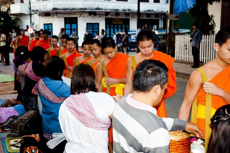 LUANG PRABANG, LAOS - Februari 17, 2011: fotografering för bildbyråer