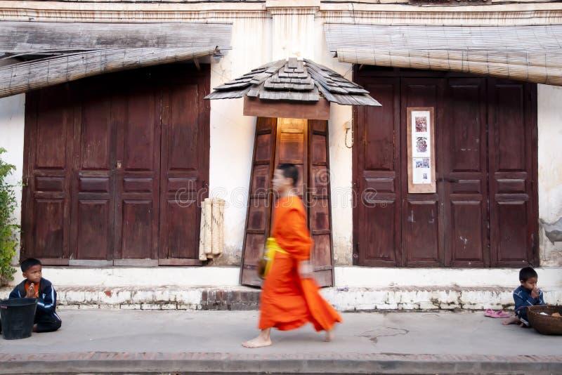 LUANG PRABANG, LAOS - Februari 16, 2011: arkivfoto