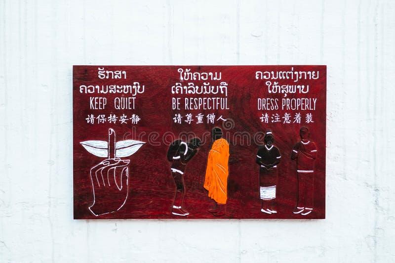 Luang Prabang, Laos - information om riktiga sätt på trätecken arkivfoton