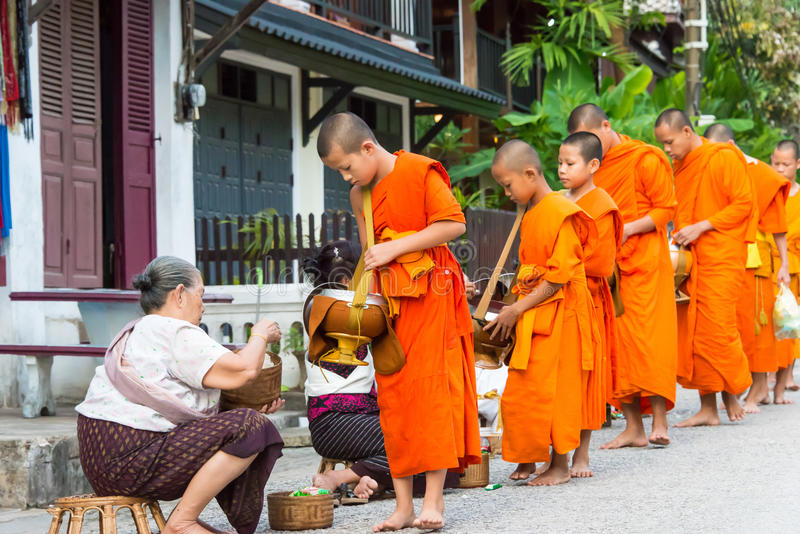 Luang Prabang, Laos - 13. Juni 2015: Buddhistische Almosen, die Zeremonie geben stockfoto