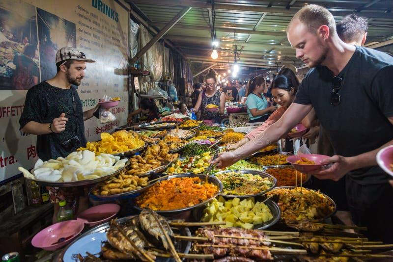 LUANG PRABANG, LAOS - 28 JUNI 2018 - folk tycker om att välja mat arkivfoton