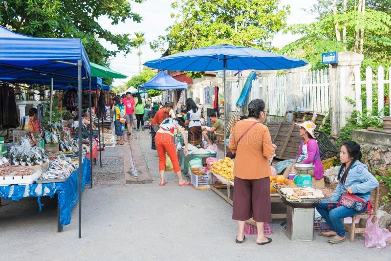 Luang Prabang, Laos - 13. Juni 2015: Luang Prabang Morgen-Markt stockfotos