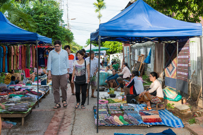 Luang Prabang, Laos - 13. Juni 2015: Luang Prabang Morgen-Markt lizenzfreie stockbilder