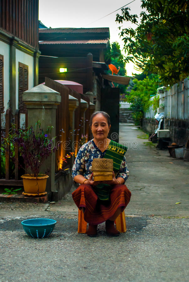 Luang Prabang Laos, Listopad, - 22, 2015: Datki daje ceremonii blisko do Wata Xieng paska obrazy royalty free