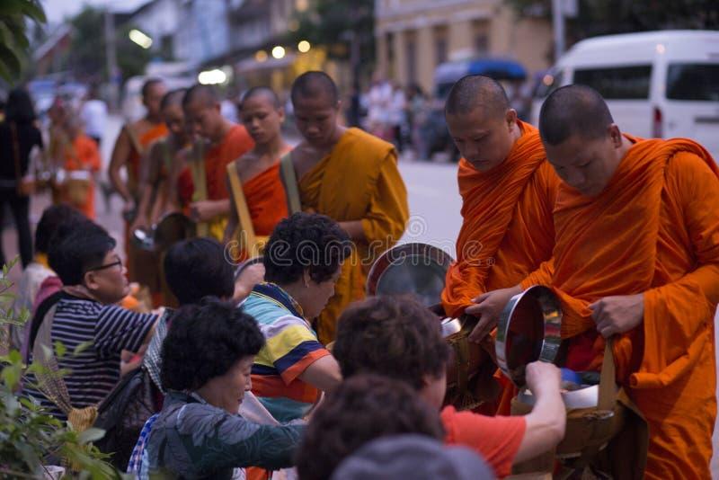 Luang Prabang, Laos, Mönche und Leute in den Almosen, die ceremon geben lizenzfreies stockfoto