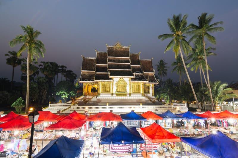 Luang Prabang, Laos - mai 2019 : marché de nuit avec le palais royal et le Musée National sur le fond image libre de droits