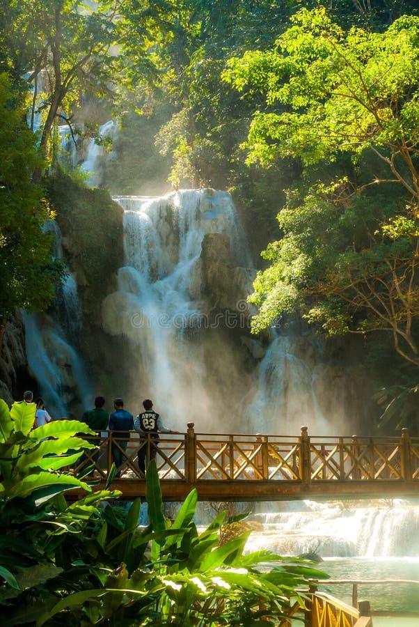 Luang Prabang, Laos - November 23, 2015: Mensen in idyllisch Kuang Si Waterfall stock afbeelding
