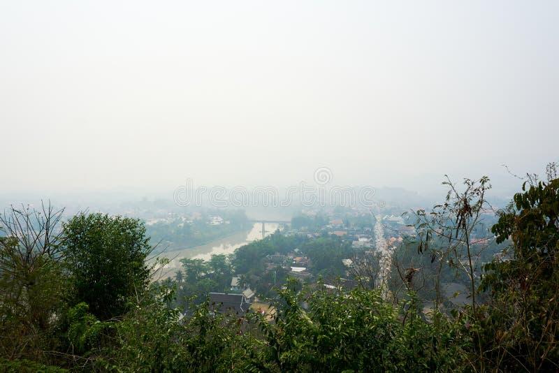 LUANG PRABANG LAOS O 14 DE ABRIL 2019: vista do si de Phou da montagem, si de Phu, monte alto no centro da cidade velha de Luang  imagem de stock