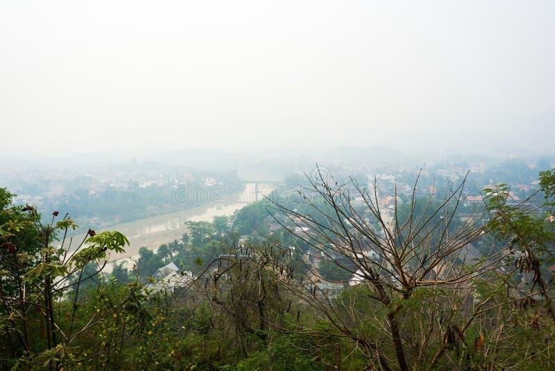 LUANG PRABANG LAOS O 14 DE ABRIL 2019: vista do si de Phou da montagem, si de Phu, monte alto no centro da cidade velha de Luang  imagem de stock royalty free