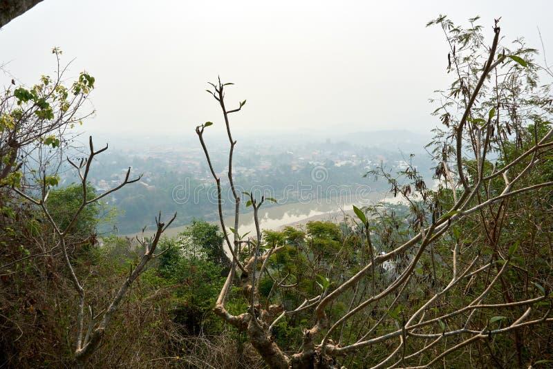 LUANG PRABANG LAOS O 14 DE ABRIL 2019: vista do si de Phou da montagem, si de Phu, monte alto no centro da cidade velha de Luang  fotografia de stock royalty free
