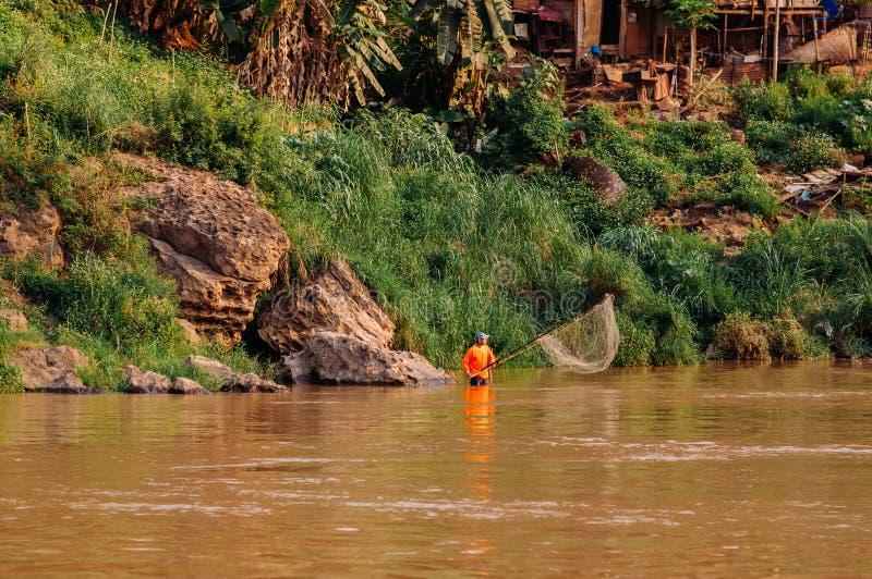 Luang Prabang, Laos - rocznik drewniane łodzie przy Mekong rzeki brzeg zdjęcie stock