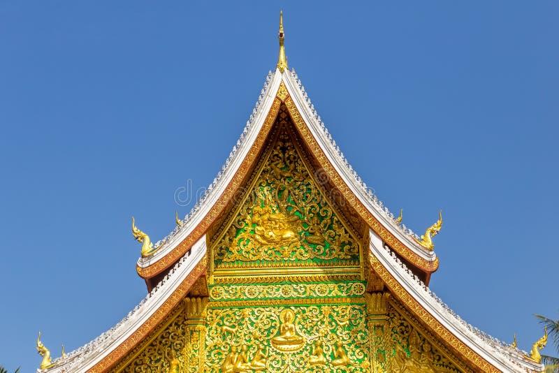 Luang Prabang, Laos: tetto di un tempio buddista immagini stock