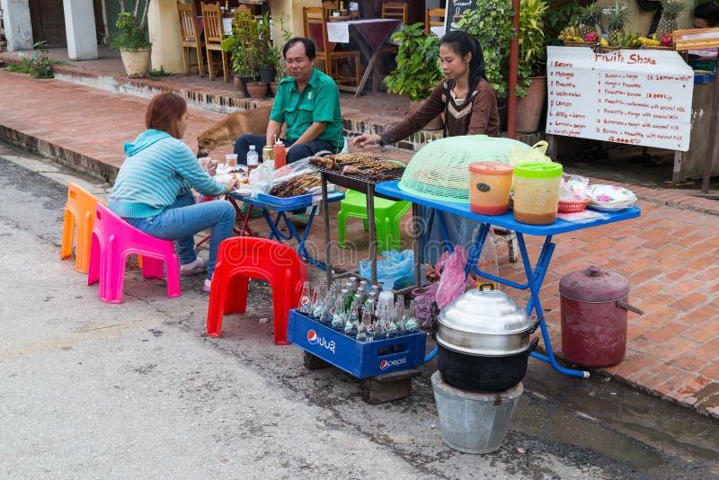 Luang Prabang, Laos - vers en août 2015 : Nourriture de portion de restaurant de bord de la route dans Luang Prabang, Laos images stock