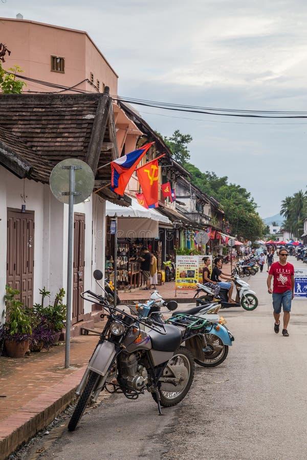 Luang Prabang, Laos - vers en août 2015 : Touristes sur les rues de Luang Prabang, Laos photos libres de droits