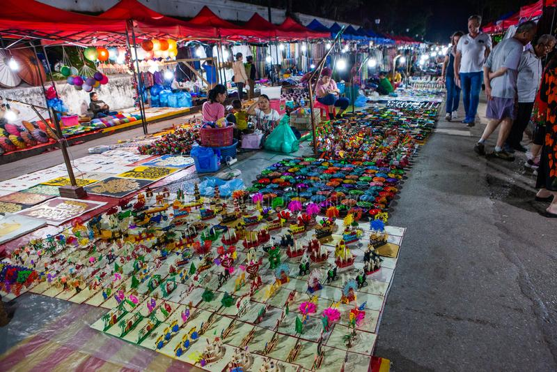 Luang Prabang Nachtmarkt mit Andenkenst?llen lizenzfreie stockbilder