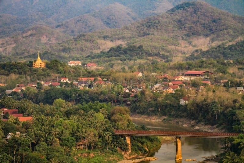 Luang Prabang nele lado montanhoso do ` s no pôr do sol, província de Luang Prabang, Laos, fotografia de stock royalty free