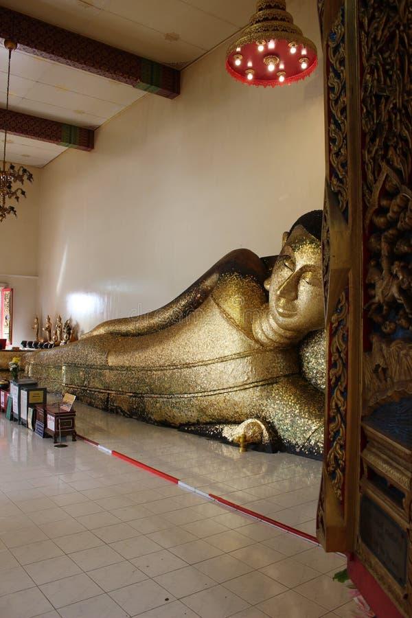 Luangphor Phranon - Opierać Buddha statuę obrazy stock