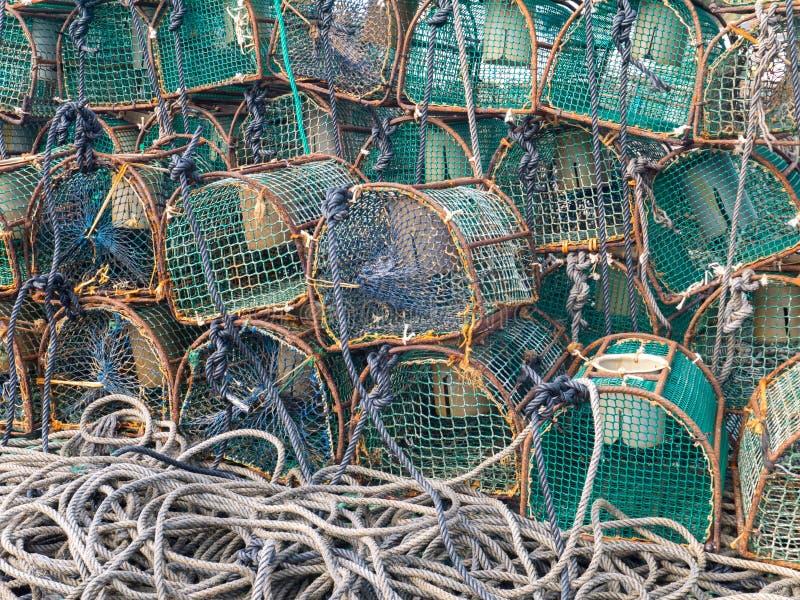 LUARCA, ESPAÑA - 4 DE DICIEMBRE DE 2016: Trampas de la langosta en la marca de los pescados fotografía de archivo