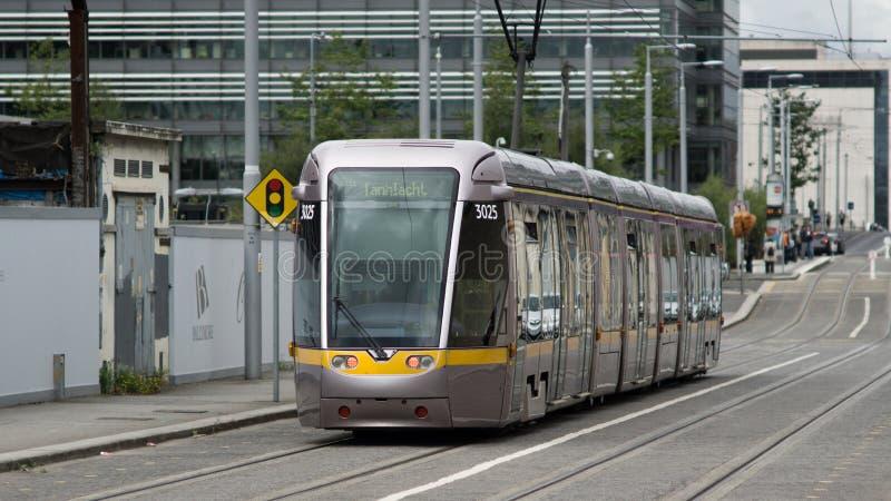 Luas accende il treno della ferrovia di passeggero a Dublino, Irlanda immagini stock libere da diritti