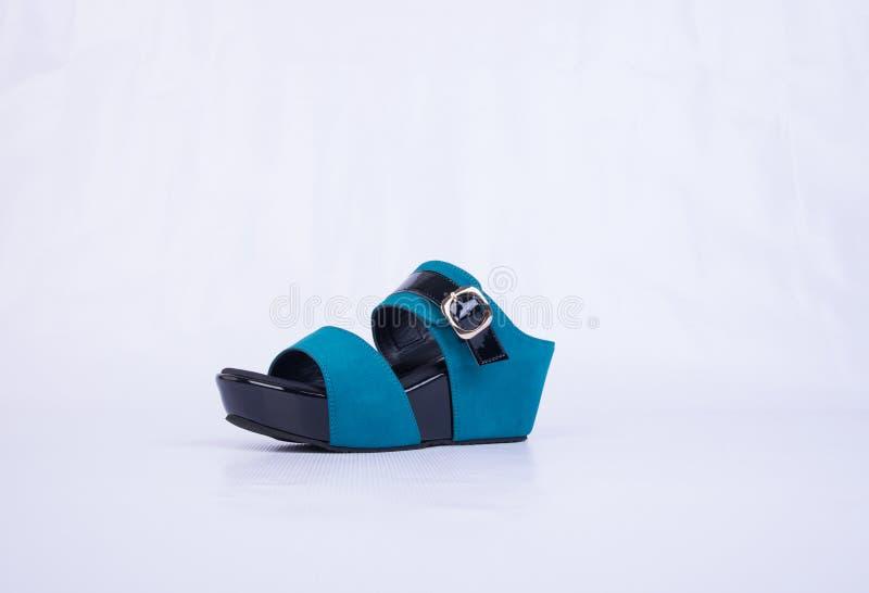 but lub błękitni kolor damy buty na tle fotografia royalty free