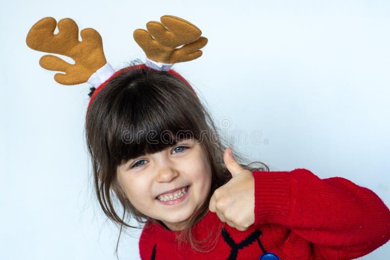 4 lub 5 roku zaskakiwali dziecka w Święty Mikołaj kapeluszu, emocje Śmieszny Roześmiany dziecko portret fotografia royalty free