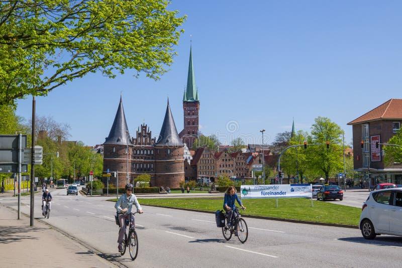 Lubeck, Alemania - 7 de mayo de 2017: Opinión del verano de la puerta o del Holstentor de Holsten en la ciudad vieja de Lubeck -  imagen de archivo