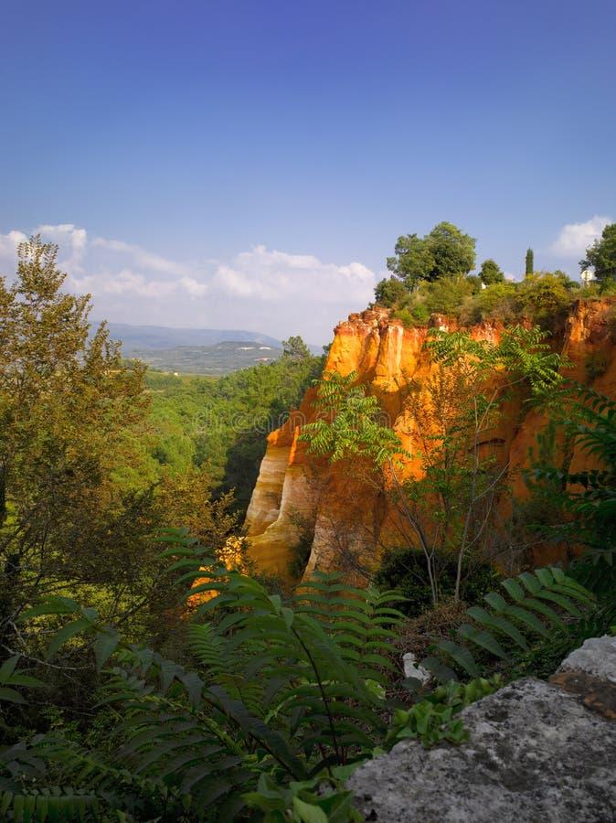 Luberon, Roussillon: ockerhaltiger Steinbruch stockfotos