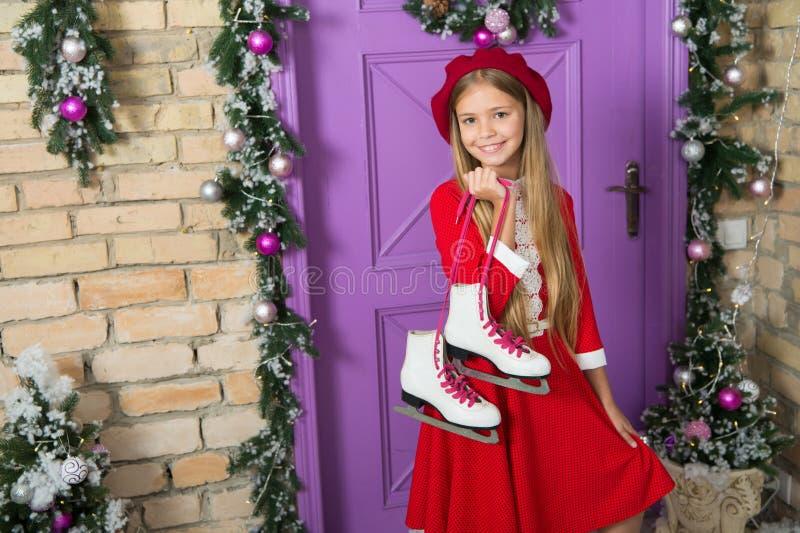 Lubię łyżwiarstwo figurowe Mała dziewczynka z parą łyżwy Małe dziecko chwyta postaci łyżwy Urocza dziewczyny łyżwiarka dalej obrazy royalty free