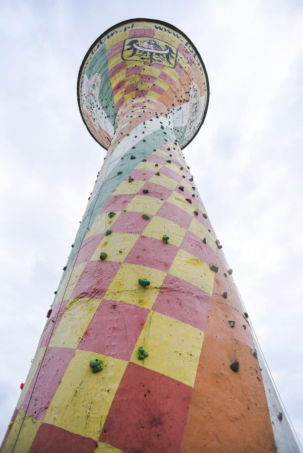 Lubin, Polônia, o 13 de junho de 2018: Torre de escalada no meio do cit fotografia de stock