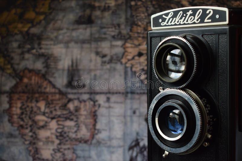 Lubitel 2 e o mapa velho do mundo fotos de stock royalty free