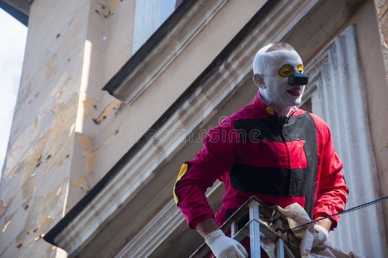 LUBLIN, ΠΟΛΩΝΙΑ 29 Ιουλίου 2017 - κλόουν στο μπαλκόνι στην παλαιά κωμόπολη κατά τη διάρκεια της επίδειξης στο φεστιβάλ Carnaval S στοκ φωτογραφία με δικαίωμα ελεύθερης χρήσης