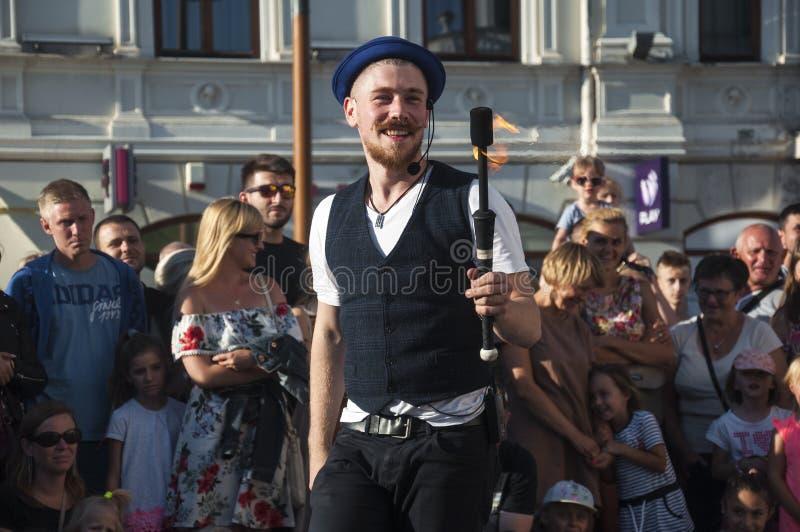 LUBLIN, executor da rua do POLÔNIA 29 de julho de 2017 - no festival de Carnaval Sztukmistrzow colocado no espaço da cidade do Lu fotos de stock royalty free